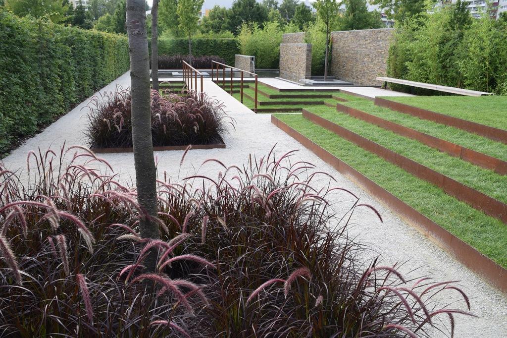 have med corten stål og græsser